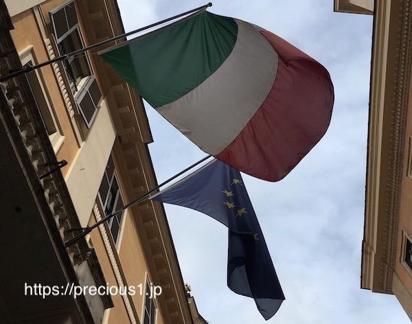 ローマの街角で見つけたイタリアの国旗と欧州旗