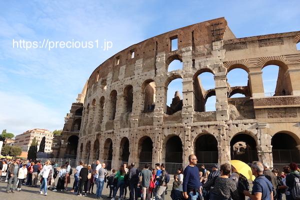 チケットを買う人が行列しているローマのコロッセオ