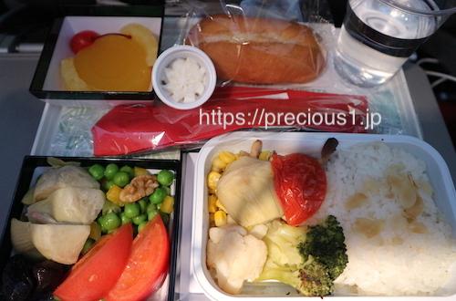 アリタリア航空 成田空港発ローマレオナルド・ダ・ヴィンチ(フィウミチーノ)国際空港行きのスペシャルミールのベジタリアン食(野菜類のみ)