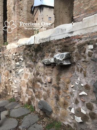 カエサルやコンスタンティヌス帝が凱旋したと伝えられる聖なる道ヴィア・サクラの石畳。後世その上にも作られた石畳の跡がある