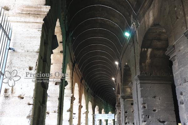 ローマのコロッセオ入口付近。柱にたくさん穴があいている。
