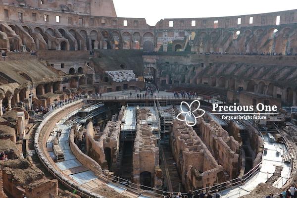ローマのコロッセオ内部。地下の様子がよく見える。修復工事中。