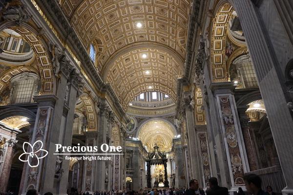 ヴァチカン市国にあるサン・ピエトロ大聖堂の内部