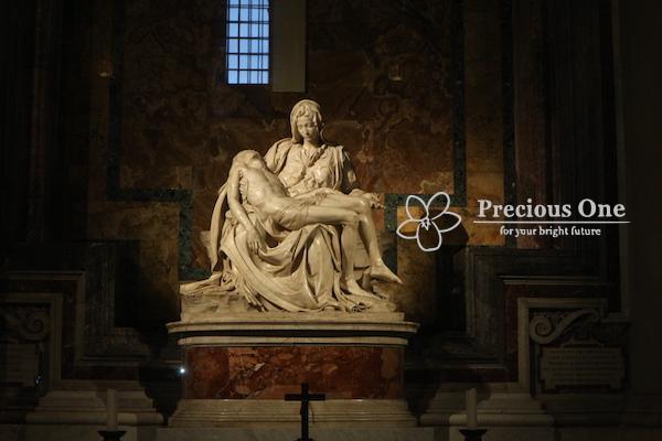 ヴァチカン市国にあるサン・ピエトロ大聖堂にあるミケランジェロ25歳の作ピエタ