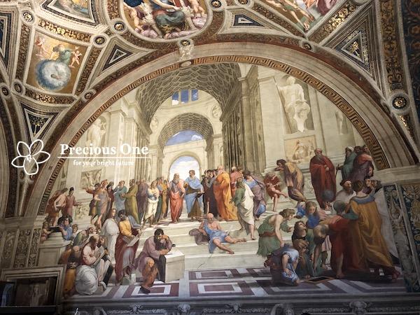 ヴァチカン美術館のラファエロ作アテネの学堂。真ん中を歩いてくるのはアリストテレスとプラトン。