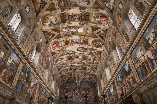 ヴァチカン美術館内システィーナ礼拝堂のミケランジェロ作の天井のフレスコ画