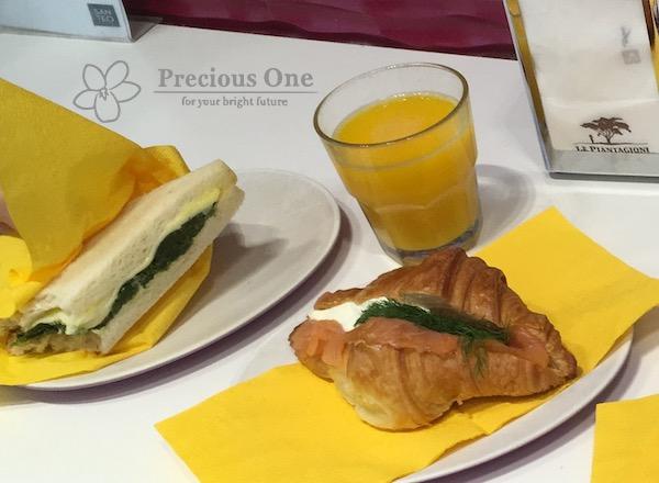 ローマのSANTEOというカフェのサンドイッチとオレンジジュース