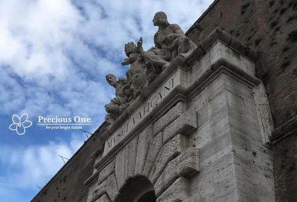 ヴァチカン美術館出口の上に飾られているミケランジェロとラファエロの彫刻