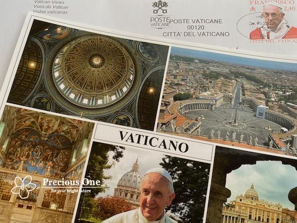 ヴァチカン市国の郵便局で買ったフランシスコ教皇の写真入りの絵はがきとヴァチカン市国の消印