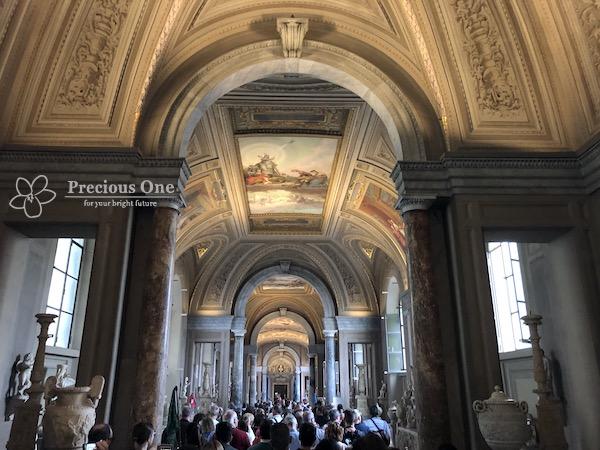 大勢の人で混雑するヴァチカン美術館
