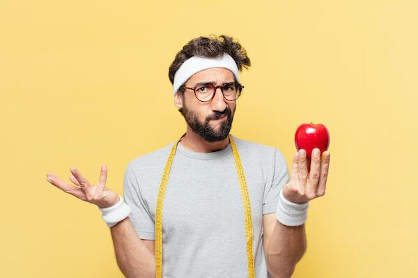 AppleCare+に入るか、入らないか、りんごを持って悩んでいる